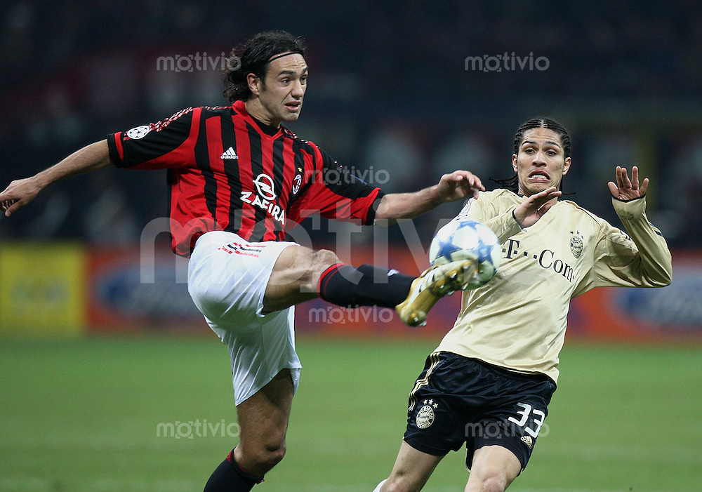 FUSSBALL Champions League 2005/2006 Achtelfinal Rueckspiel AC Mailand 4-1 FC Bayern Muenchen  Alessandro Nesta (AC,li) gegen Paolo Guerrero (FC B)