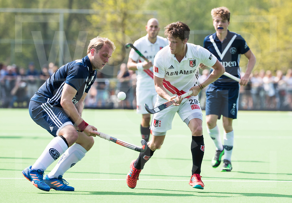 AMSTELVEEN -  Hockey Hoofdklasse heren Pinoke-Amsterdam (3-6). Thijn Knetemann (Pinoke) met Tijn Lissone (A'dam) .   COPYRIGHT KOEN SUYK