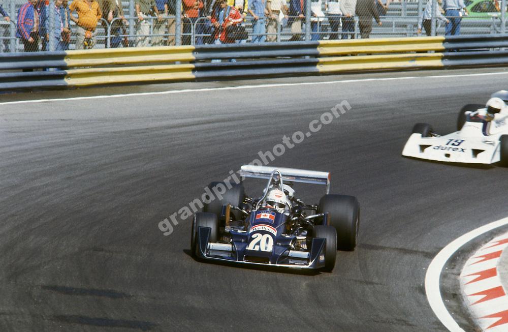 Arturo Merzario (Wolf Williams-Ford) leads Alan Jones (Surtees-Ford) in the 1976 Dutch Grand Prix in Zandvoort. Photo: Grand Prix Photo