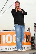 100 % NL strandfeest Hoek van Holland FRONTSTAGE bij Beachclub Royal .<br /> <br /> Op de foto:<br /> <br />  Wolter Kroes
