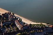 Nederland, Noord-Holland, Huizen, 08-09-2009; De straat Zomerkade aan het Gooimeer (Randmeer) met aangelegd stadsstrand. Wonen aan het water, in het Gooi.The street Zomerkade next to the lake, Gooimeer (Randmeer) with newly 'build' beach. Living next to  the water.Luchtfoto (toeslag); aerial photo (additional fee required); .foto Siebe Swart / photo Siebe Swart