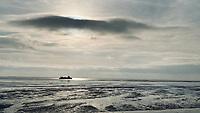 SCHIERMONNIKOOG -  Waddenzee bij eb met veerboot tussen Lauwersoog en Schiermonnikoog . ANP COPYRIGHT KOEN SUYK
