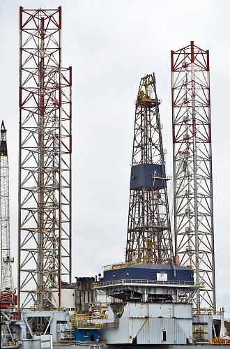 Nederland, IJmuiden, 30-8-2018In de haven van IJmuiden ligt een mobiel boorplatform van Paragon offshore .Foto: Flip Franssen