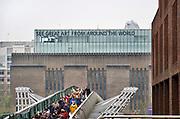 Engeland, Londen, 10-4-2019Straatbeeld van het centrum van de stad. Mensen lopen over de milleniumbridge, milleniumbrug, op de achtergrond het Tate museum of modern art . Millenium, bridge, brug .Foto: Flip Franssen