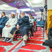 Nederland, Amsterdam, 5 maart 2017.<br /> Op zondag 5 maart om 14.00 uur organiseren het Comité 21 maart en het Collectief Tegen Islamofobie en Discriminatie een solidariteitsbijeenkomst in de Grote Moskee van Amsterdam aan de Weesperzijde 76. Iedereen is uitgenodigd om zijn solidariteit met moslims te tonen. In het huidige politieke klimaat is de rechtsstaat onder druk komen te staan en biedt zij volgens meerdere partijen niet aan alle burgers gelijke bescherming. Daarom zullen we samen een geluid laten horen tegen de haatzaaiende verhalen en met zoveel mogelijk verschillende mensen solidariteit tonen met moslims. Dit is hard nodig omdat zij vaak niet alleen doelwit voor extreem-rechts zijn, maar ook voor religieus extremisme. <br /> De islam en moslims worden vandaag de dag over het hele politieke spectrum geproblematiseerd en dat zorgt voor een gevoel van angst en onveiligheid. Op deze dag komen organisaties die zich inzetten voor de rechten van vrouwen en homo's, tegen anti-zwart racisme en islamofobie, vakbonden en migrantenorganisaties samen om deze angst te vervangen door binding en inclusiviteit. Naast het tonen van solidariteit willen de organisaties iedereen oproepen om naar de stembus te gaan en actief deel te nemen aan het publieke debat. <br /> Gespreksleider is: Yassin El Forkani (Jongerenimam)<br />  <br /> Foto: Jean-Pierre Jans