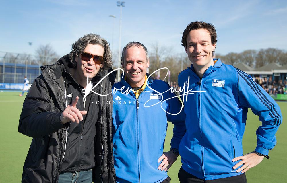 UTRECHT - Manager WOUTER SCHEFFER van Kampong met de scheidsrechter Roel van Eert en Michiel Otten.  tijdens de competitiewedstrijd hockey tussen de mannen van Kampong en Bloemendaal (2-1). COPYRIGHT KOEN SUYK