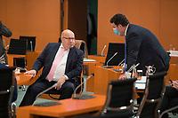DEU, Deutschland, Germany, Berlin, 14.10.2020: Bundeswirtschaftsminister Peter Altmaier (CDU) und Bundesarbeitsminister Hubertus Heil (SPD) vor Beginn der 116. Kabinettsitzung im Bundeskanzleramt. Aufgrund der Coronakrise findet die Sitzung derzeit im Internationalen Konferenzsaal statt, damit genügend Abstand zwischen den Teilnehmern gewahrt werden kann.