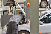 Nederland, Nijmegen, 19-3-2019Garagebedrijf . Monteur werkt aan een motor.Foto: Flip Franssen