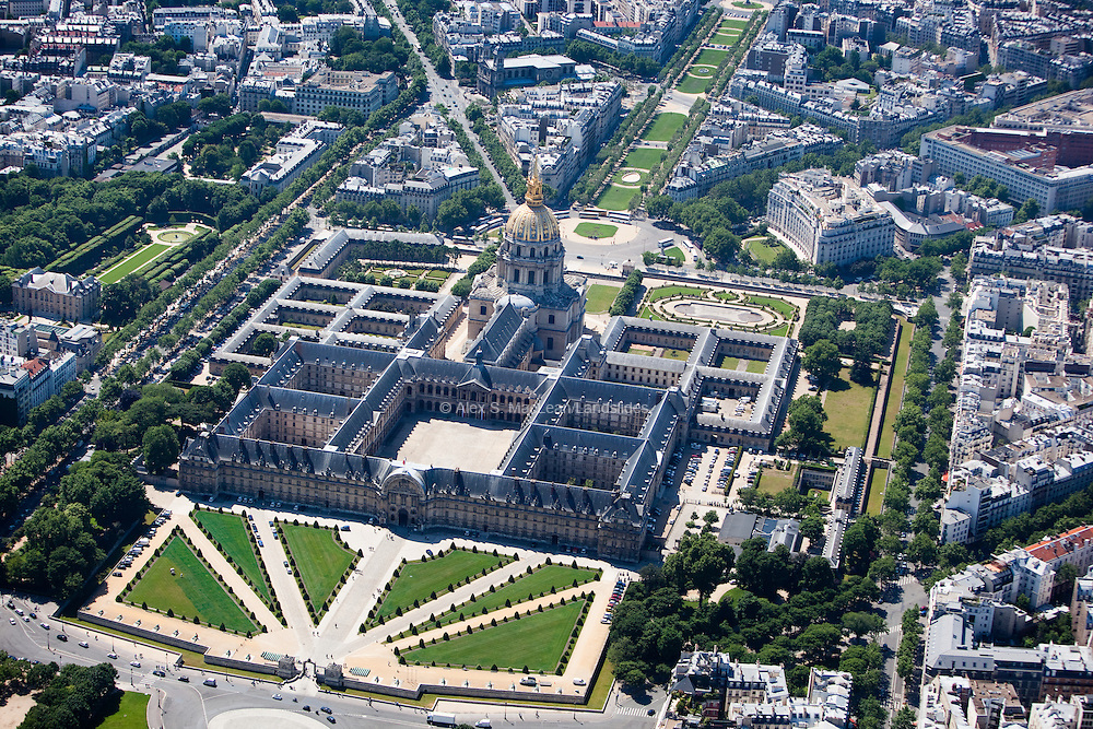 The National des Invalides is an architectural complex French of the seventeenth century. It was created originally as a royal residence for French soldiers and retired military, disabled or elderly, and now it houses several museums and religious facilities as well as various services and agencies to former combatants.