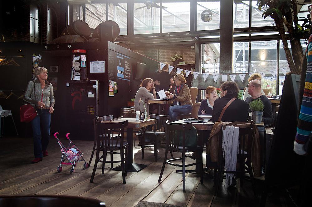 Nederland, Amsterdam, 23 sep 2012.Cafe in het westerpark bij de westergasfabriek. Ook jonge ouders met kinderen komen hier..Foto(c): Michiel Wijnbergh