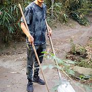 NL/Amersfoort/20200813 -  Bilal Wahib schept tijgerpoep in de  dierentuin, Bilal Wahib