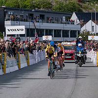 Rytterne passerer målstreken for første gang under Tour of Norway sykkelritt etappe 2: Kvinesdal - Mandal.