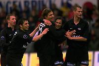 Fotball. Tippeliga 01.05.2002.<br /> Brann v Vålerenga Fotball 0-4.<br /> Tobias Grahn, Vålerenga - gratuleres av lagkamerater.<br /> Foto: Chris Kyllingmark, Digitalsport