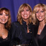 Uitreiking populariteitsprijs 2002, Dutch Diva's, Sandra Reemer, Marga Bult en Maggie McNeal (Sjoukje Smit)