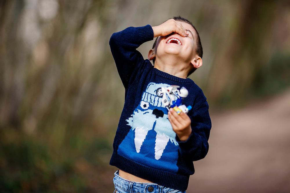 Divertir-se i riure en una sessió de fotos és natural.
