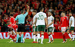 October 9, 2017 - Cardiff, Pays de Galles - Wales' Joe Allen is shown a yellow card by referee Damir Skomina as he sppeaks to Republic of IrelandÃ•s Jeff Hendrick (Credit Image: © Panoramic via ZUMA Press)