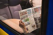 Treinpassagier leest de Metro-krant