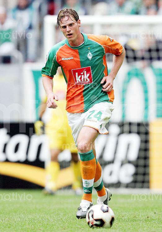 Fussball  1. Bundesliga  Saison 2005/2006    Tim BOROWSKI, Einzelaktion am Ball (SV Werder Bremen)