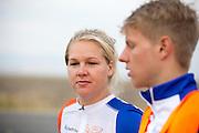 Lieske Yntema praat met haar coach. Op maandagochtend vinden de kwalificaties plaats. Het team slaagt er door valpartijen niet in om de rijders en de VeloX V te kwalificeren. Het Human Power Team Delft en Amsterdam (HPT), dat bestaat uit studenten van de TU Delft en de VU Amsterdam, is in Amerika om te proberen het record snelfietsen te verbreken. Momenteel zijn zij recordhouder, in 2013 reed Sebastiaan Bowier 133,78 km/h in de VeloX3. In Battle Mountain (Nevada) wordt ieder jaar de World Human Powered Speed Challenge gehouden. Tijdens deze wedstrijd wordt geprobeerd zo hard mogelijk te fietsen op pure menskracht. Ze halen snelheden tot 133 km/h. De deelnemers bestaan zowel uit teams van universiteiten als uit hobbyisten. Met de gestroomlijnde fietsen willen ze laten zien wat mogelijk is met menskracht. De speciale ligfietsen kunnen gezien worden als de Formule 1 van het fietsen. De kennis die wordt opgedaan wordt ook gebruikt om duurzaam vervoer verder te ontwikkelen.<br /> <br /> The qualifying on Monday. The team didn't qualify due to crashes. The Human Power Team Delft and Amsterdam, a team by students of the TU Delft and the VU Amsterdam, is in America to set a new  world record speed cycling. I 2013 the team broke the record, Sebastiaan Bowier rode 133,78 km/h (83,13 mph) with the VeloX3. In Battle Mountain (Nevada) each year the World Human Powered Speed Challenge is held. During this race they try to ride on pure manpower as hard as possible. Speeds up to 133 km/h are reached. The participants consist of both teams from universities and from hobbyists. With the sleek bikes they want to show what is possible with human power. The special recumbent bicycles can be seen as the Formula 1 of the bicycle. The knowledge gained is also used to develop sustainable transport.
