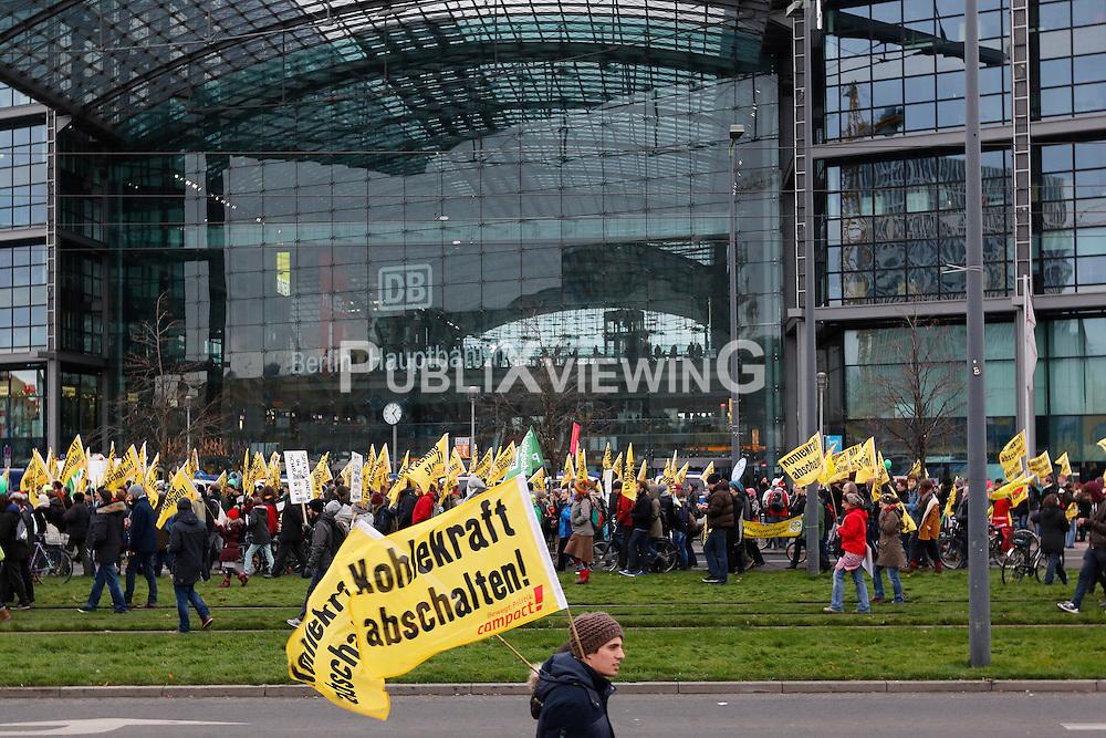 Rund 20.000 Menschen demonstrierten zum Auftakt des Welt-Klimagipfels in Paris Ende November 2015 in Berlin für die Energiewende und für Maßnahmen gegen den Klimawandel. Weltweit gingen an diesem Wochenende mehere Hunderttausend mit dem gleichen Ziel auf die Straße und sandten ihr Signal an das hochrangige Politiker-Treffen in Frankreich.