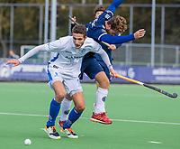 AMSTELVEEN - Jonas de Geus (Kampong) in duel met Texas Bukkens (Pinoke)   tijdens   hoofdklasse hockeywedstrijd mannen, Pinoke-Kampong (2-5) . COPYRIGHT KOEN SUYK