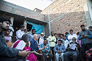25022019. INDE. BIHAR. La caravane de la paix Karwan-e-Mohabbat. Harsh Minder, à l'origine de Karwan-e-Mohabbat (la caravane de l'amour), leader du collectif. SITAMARHI. SITAMARHI. Village de BHORAHAN. Quartier musulman. Famille de Zainul Ansari, assassiné à 82 ans le 19 octobre 2018, lynché dans la rue par des jeunes hindous qui célebrait la déesse Durga. Des fanatiques font courir la rumeur que des musulmans auraient brisé le bras d'une idole. Le cortège exalté s'engage dans les ruelles et abandonnent la procession. Ils tombent par hasard sur le vieil homme, s'acharne sur lui à coups de gourdins avant de brûler son corps.