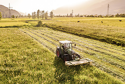 THEMENBILD - ein Landwirt mit seinem Traktor mäht seine Wiese, aufgenommen am 07. Juni 2019 in Kaprun, Oesterreich // a farmer with his tractor mows his meadow in Kaprun, Austria on 2019/06/07. EXPA Pictures © 2019, PhotoCredit: EXPA/ JFK