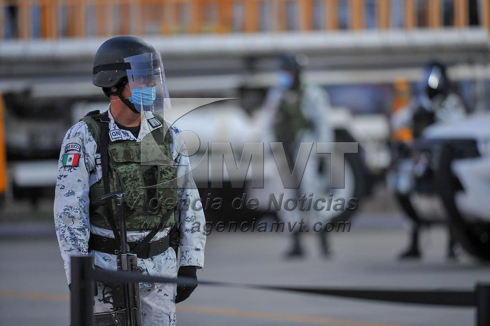 Toluca, México.- Efectivos de la Guardia Nacional resguardan un cargamento de equipo médico (ventiladores) que llega procedente de EU para ser distribuidos a hospitales que atienden a pacientes con problemas respiratorios a causa de la pandemia de Covid-19. Agencia MVT / Mario Vázquez de la Torre.