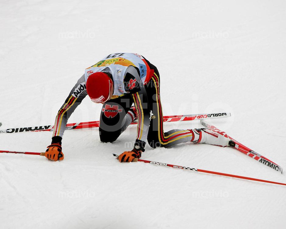 Sapporo , 280207 , Nordische Ski Weltmeisterschaft  Maenner 15km Freistil ,  Tobias ANGERER (GER) im Ziel erschoepft