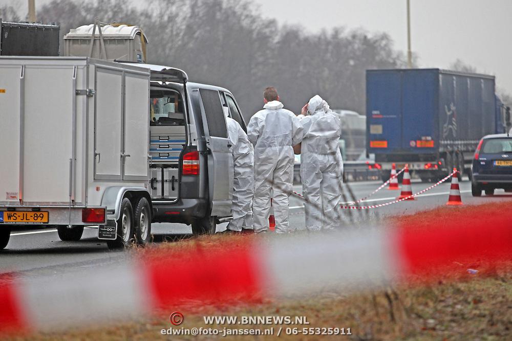 NLD/Maartensdijk/20110112 - Lijk gevonden langs de A27 ter hoogte van Maartensdijk. politieonderzoek