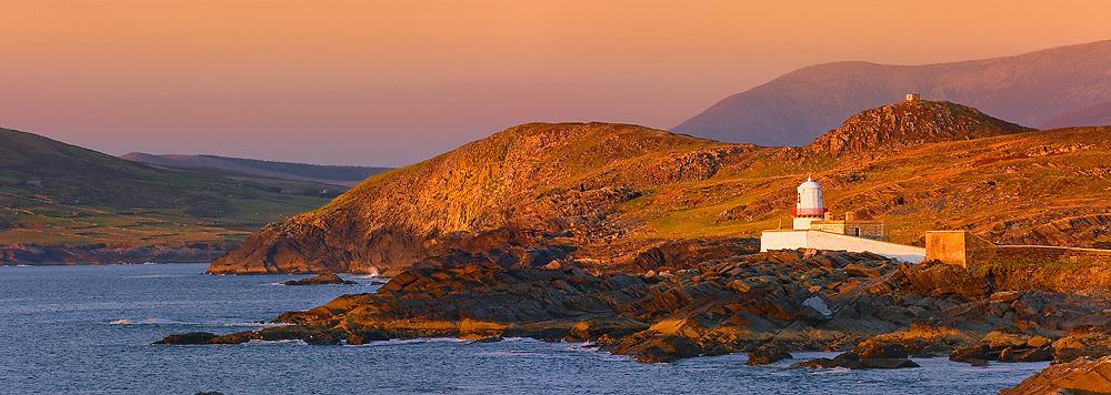 Valentia Island Lighthouse with View on Begenish Island, County Kerry, Irelan / vl110