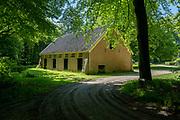 APELDOORN, 09-06-2021 , Kroondomein Het Loo<br /> <br /> Kroondomein Het Loo is een landgoed op de Veluwe, in de Nederlandse provincie Gelderland. Het is het grootste landgoed van Nederland en omvat ongeveer 10.400 hectare.<br /> <br /> Op de foto: Hondenhokken