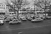 Nederland, Nijmegen, 15-12-1980Parkeren in het centrum van Nijmegen. Het Plein 44 of Plein 1944. Er  kon nog massaal op geparkeerd worden. Het was een parkeerterrein.Foto: Flip Franssen/Hollandse Hoogte