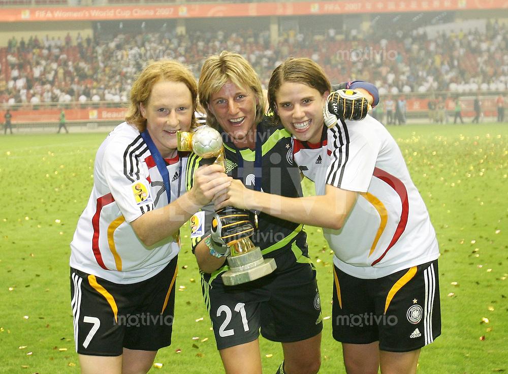 Fussball International Frauen WM China 2007 - FINALE Deutschland - Brasilien JUBEL GER ; Melanie Behringer, Silke Rottenberg und Annike Krahn mit WM-Pokal
