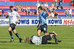 FODBOLD: Målmand Thomas Seidelin (Lyngby) dykker ned foran Svande Bernstein (Helsingør) under kampen i Kvalifikationsrækken, pulje 1, mellem Elite 3000 Helsingør og Lyngby Boldklub den 10. juni 2006 på Helsingør Stadion. Foto: Claus Birch