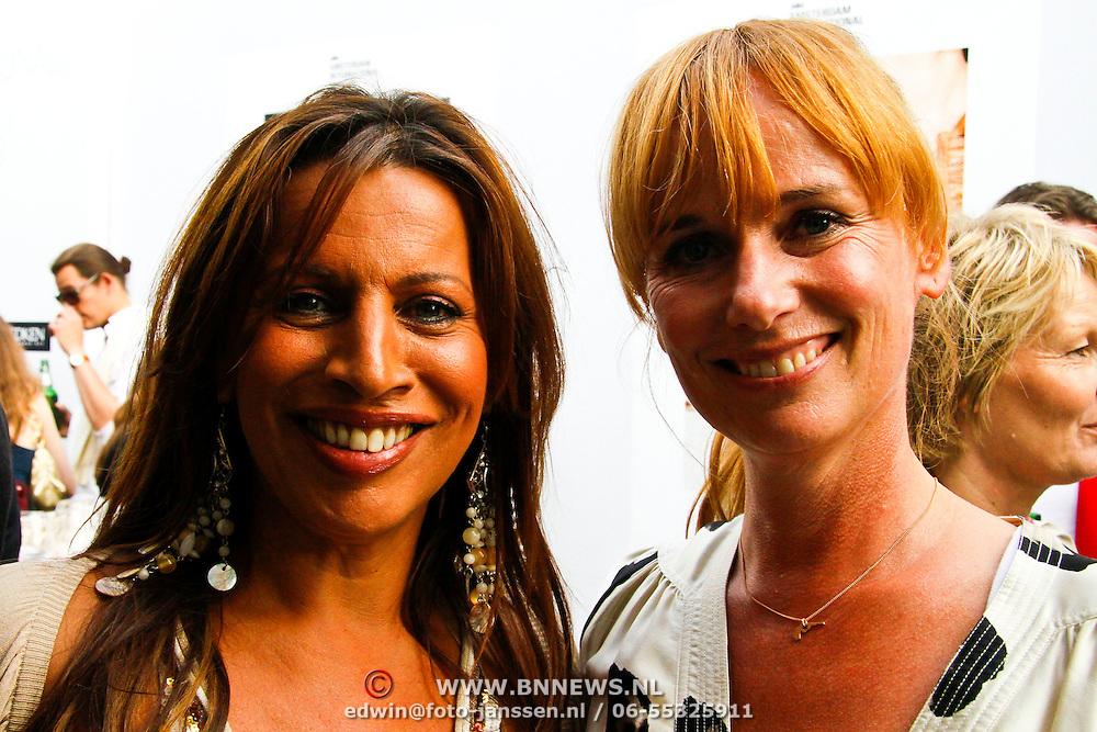 NLD/Amsterdam/20100716 - Inloop modeshow Monique de Collignon bij de AIF, Esther Oosterbeek en Patty Zomer