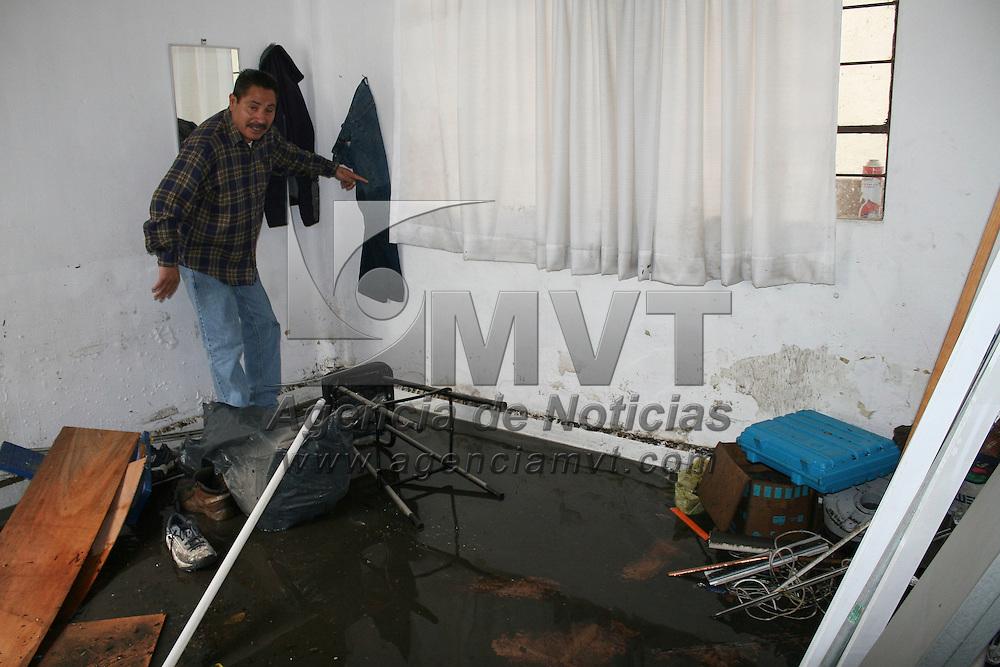 Toluca, México.- Comerciantes y viviendas de la calle Riva Palacio resultaron afectados por las lluvias registradas el día de ayer, el agua destruyo mercancía y mobiliario, algunos secaron sus cosas en la calle. Agencia MVT / José Hernández