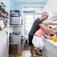 Nederland, Amsterdam, 21 juli 2017.<br />radio-dj Sander de Heer maakt op zaterdagochtend samen met zijn 3 jarige dochter smoothies om daarna te gaan sporten.<br /><br /><br />Foto: Jean-Pierre Jans