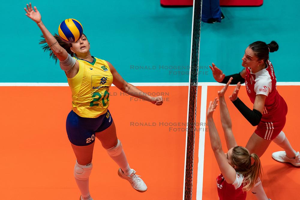 29-05-2019 NED: Volleyball Nations League Poland - Brazil, Apeldoorn<br /> Ana Beatriz Correa #20 of Brazil, Monika Bociek #11 of Poland