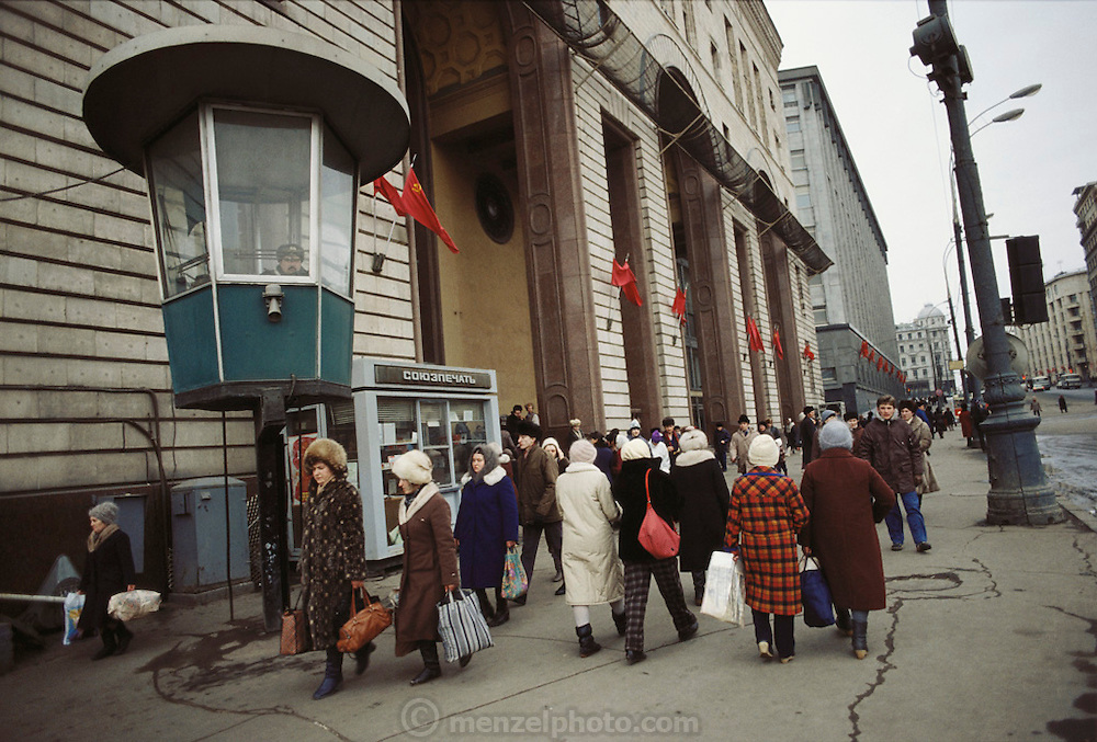 Winter street scene with bundled shoppers near Red Square, Moscow, USSR. 1987.