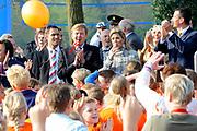 Prins Willem-Alexander en Prinses Maxima zijn op de basisscholen De Triangel en Het Palet om met een fluitsignaal de Koningsspelen te openen. Ruim 1,3 miljoen kinderen van 65.000 scholen doen mee aan deze sportdag, een cadeau van alle schoolkinderen in Nederland aan het aanstaande koningspaar. <br /> <br /> Prince Willem-Alexander and Princess Maxima are on the primary school the Triangle and Palette With a whistle they will open the games. More than 1.3 million children from 65,000 schools participate in these sports day, a gift of all schoolchildren in the Netherlands to the future King and Queen.<br /> <br /> Op de foto / On the photo:  Prinses Maxima en Prins Willem Alexander geven het startsein voor de spelen<br /> <br /> Princess Maxima and Prince Willem Alexander give the go-ahead for the games