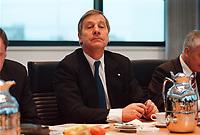 10 JAN 2000, BERLIN/GERMANY:<br /> Wolfgang Clement, SPD, Ministerpräsident Nordrhein-Westfalen, vor Beginn der Sitzung des SPD Präsidiums, Willy-Brandt-Haus<br /> IMAGE: 20000110-01/01-14