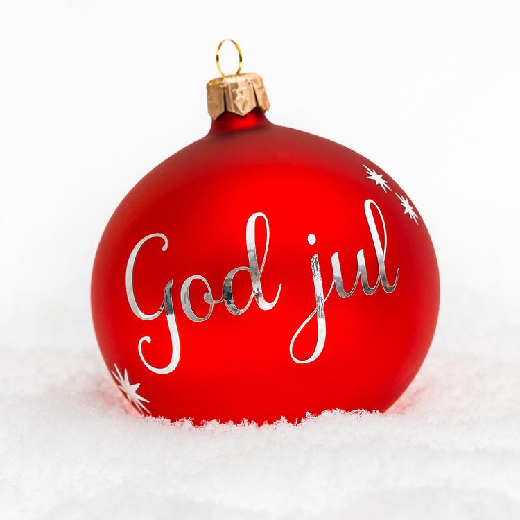 Rød julekule med norsk sølv tekst «God jul» på hvit snø. Kvadratisk format, spesielt egnet for sosiale medier som for eksempel Instagram.