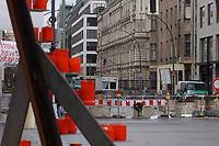 02 APR 2003, BERLIN/GERMANY:<br /> Mittelteil eines Peace-Zeichens von Greenpeace  auf dem Mittelstreifen der Strasse Unter den Linden in der Naehe der Amerikanischen Botschaft (im Hintergrund) im Rahmen eines Friedencamps  gegen den Irak Krieg, Unter den Linden<br /> IMAGE: 20030402-02-011<br /> KEYWORDS: Demo, Frieden, peace, protest, demonstration, USA, US-Botschaft, embassy