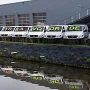 """Nederland Moordrecht 5 april 2009 20090405 Foto: David Rozing ...reusachtige reclame uiting mercedes dealer: lange rij bestelbusjes met daaarop de tekst """" nu extra voordeel """" Ivm de economische crisis is de auto verkoop moeizaam. ..Foto: David Rozing"""