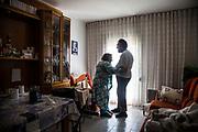 """Antonio de 47 años con una discapacidad intelectual del 68% y diagnosticado de esquizofrenia; enfermedad que tiene controlada gracias a la medicación que toma religiosamente todos los días, se ha convertido en el cuidador principal de su madre de 87 años, después de que su hermano Paco se suicidara a finales de enero de 2020. La historia de Antonio y María es una pequeña historia que habla de grandes temas; la familia, la vejez, la dependencia, la fragilidad, la discapacidad, los lazos invisibles de lo emocional, la locura, el cariño y la soledad.Antonio tiene una paciencia infinita con María. Le pone mucho sentido del humor a las constantes, y a veces exasperantes demandas de su madre, """"Vamos corazón, que nos vamos de vacaciones al lavabo"""" le dice y le da una palmada cariñosa en las nalgas, una vez consigue levantarla con mucho esfuerzo del sillón del comedor donde pasa todo el día. Antonio se ha revelado como un gran cuidador, a pesar de sus limitaciones intelectuales, si bien no está totalmente sólo, ya que cuatro horas en las mañanas, seis días en la semana, una cuidadora va a su casa para encargarse de su madre mientras él sale a comprar o hacer otras gestiones, quedando las restantes 20 horas del día a cargo de Antonio el cuidado de ella. Una accidente en 2017 dejó a María sin fuerza en las piernas para sostenerse, a lo que se ha añadido en el último año un proceso de demencia senil que dificulta más aun su cuidado. Antonio sienta a María en su sillón después"""