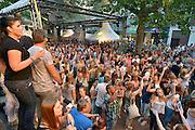 Nederland, The Netherlands, 21-7-2015Recreatie, ontspanning, cultuur, dans, theater en muziek in de binnenstad.Een van de tientallen feestlocaties in de stad. Onlosmakelijk met de vierdaagse, 4daagse, zijn in Nijmegen de vierdaagse feesten, de zomerfeesten. Talrijke podia staat een keur aan artiesten, voor elk wat wils. Een week lang elke avond komen ruim honderdduizend bezoekers naar de stad. De politie heeft inmiddels grote ervaring met het spreiden van de mensen, het zgn. crowd control. De vierdaagsefeesten zijn het grootste evenement van Nederland en verbonden met de wandelvierdaagse. Hier op het Koningsplein.Foto: Flip Franssen/Hollandse Hoogte