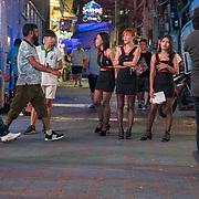 THA/Pattaya/20180722 - Vakantie Thailand 2018, Marketstreet in Pattaya, dames in sexy kleding