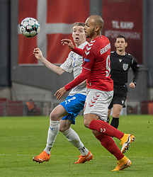 Martin Braithwaite (Danmark) kæmper med Birkir Sævarsson (Island) under kampen i Nations League mellem Danmark og Island den 15. november 2020 i Parken, København (Foto: Claus Birch).
