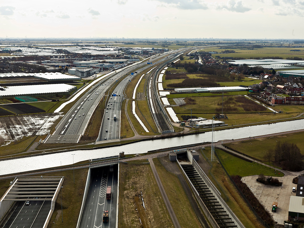 Nederland, Noord-Holland, Ringvaart Haarlemmermeer, 20-02-2012; drie parallel gelegen aquaducten onder de ringvaart van de Haarlemmermeer. Een aquaduct voor de hogesnelheidslijn HSL-Zuid (re), twee voor snelweg A4 - in het midden het historische (oude) aquaduct van de A4. Foto richting Roelofsarendsveen.Three parallel aqueducts crossing the canal of Haarlemmermeer. Aqueduct for the high speed line HSL and aqueduct of motorway A4, the historic (old) aqueducts in the middle of .luchtfoto (toeslag), aerial photo (additional fee required).copyright foto/photo Siebe Swart